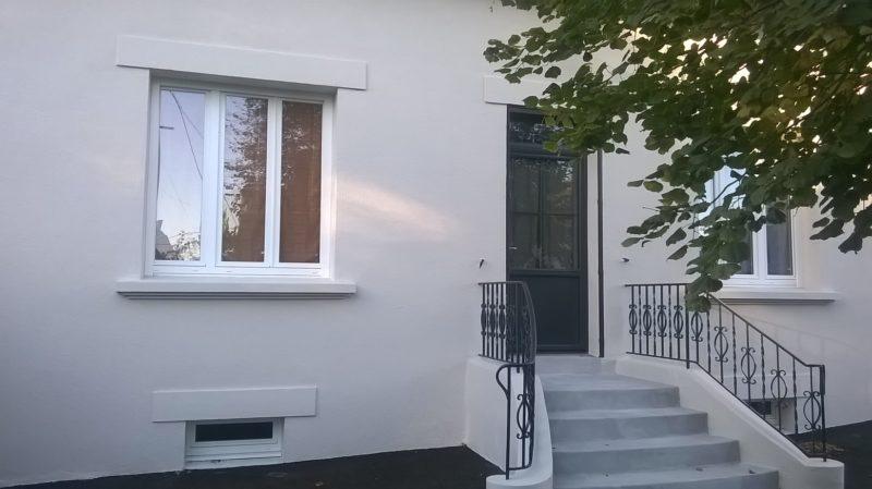 Porte d'entrée alu RAL 7016 et menuiserie PVC blanc