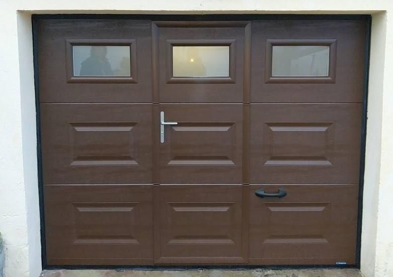 Porte de garage sectionnelle à cassette RAL 8014 avec portillon